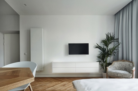 Przytulny minimalizm w zabytkowej kamienicy Dom, LIFESTYLE - Kawalerka w starej krakowskiej kamienicy wymagała świeżego spojrzenia i odpowiedniego podziału niewielkiego metrażu. Wyzwanie podjął architekt Karol Ciepliński z biura architektonicznego BLACKHAUS.
